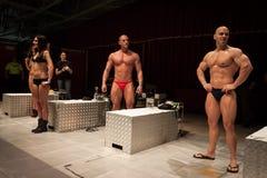 Bodybuilders posant avant une session de peinture de corps à la convention de tatouage de Milan image libre de droits