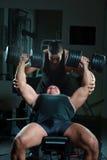 Bodybuilders que entrenan en gimnasia Imagenes de archivo