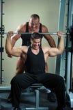 Bodybuilders s'exerçant en gymnastique images libres de droits