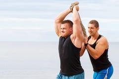 Bodybuilders sur la plage images libres de droits