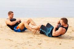 Bodybuilders sur la plage images stock