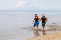 Bodybuilders sur la plage Image libre de droits