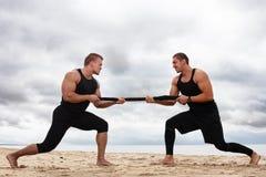 Bodybuilders sur la plage photos libres de droits