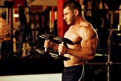 Bodybuildertrainingsturnhalle Stockfoto