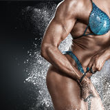 Bodybuildervrouw in bikini Royalty-vrije Stock Fotografie