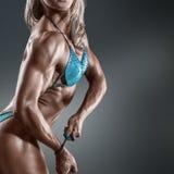 Bodybuildervrouw in bikini Stock Afbeeldingen