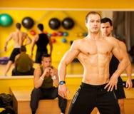 Bodybuilderzug, der vor dem Wettbewerb aufwirft lizenzfreies stockbild