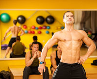 Bodybuilderzug, der vor dem Wettbewerb aufwirft lizenzfreies stockfoto