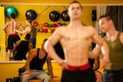 Bodybuilderzug, der vor dem Wettbewerb aufwirft stockbild