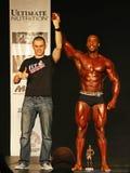 Bodybuilding Champ verdient Trofee Royalty-vrije Stock Afbeelding