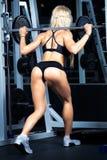 Bodybuilding classique Femme blonde musculaire de forme physique faisant des exercices dans le gymnase Forme physique - concept d Photos libres de droits