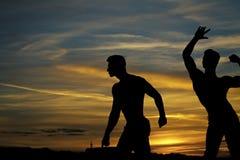 bodybuilding Conceito da propaganda do Gym Homens musculares no por do sol com caixas Fotografia de Stock