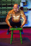 Bodybuilding konkurs za scenami: konkursant przygotowywa dla występu Fotografia Stock