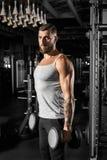 bodybuilding Posição farpada do homem no gym com os pesos motivados fotos de stock
