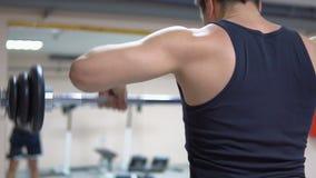 bodybuilding Schubstange zum Kinn stock footage