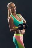 bodybuilding Starke Sitzfrau, die mit trainiert Lizenzfreies Stockbild