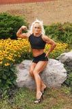 Bodybuildingfrau auf Standort. Stockfoto