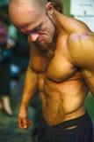 Bodybuildingstrid bak platserna: konkurrenten förbereder sig för kapaciteten Arkivbild