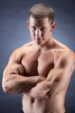 Bodybuiler considerável Fotografia de Stock Royalty Free