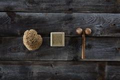 Bodycare e produtos da massagem sobre o fundo de madeira rústico, vista superior Imagens de Stock