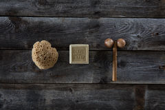 Bodycare y productos del masaje sobre el fondo de madera rústico, visión superior Imagenes de archivo