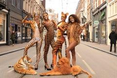 Bodypainted Modelle in der Straße Stockbilder