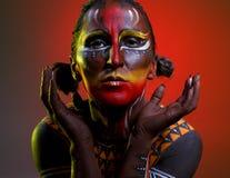 Bodypainting Kvinna som målas med etniska modeller Royaltyfri Bild