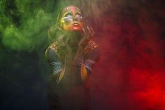 Bodypainting Kvinna som målas med etniska modeller Royaltyfria Bilder