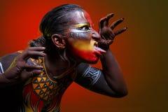 Bodypainting Kvinna som målas med etniska modeller Fotografering för Bildbyråer