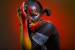 Bodypainting Kvinna som målas med etniska modeller Royaltyfri Fotografi