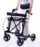 Bodypart de femme aînée avec le marcheur moderne Image libre de droits