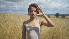 Bodysuit шикарной женщины нося представляя что-то и объявления шоу рукой в воздухе Виртуальная рекламируя концепция Перечень сток-видео