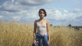 Bodysuit vestindo da mulher bonito que apresenta algo e anúncios das mostras por uma mão no ar Conceito de anúncio virtual scroll filme