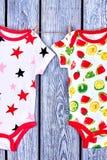 Bodysuits младенческой девушки чистые на веревочке Стоковое Изображение RF