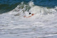 Bodysurfer, das eine Welle fängt Lizenzfreies Stockbild
