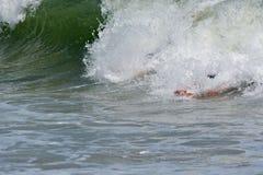 Bodysurfer, das eine Welle fängt Stockfoto