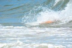 Bodysurfer, das eine Welle fängt Stockbilder