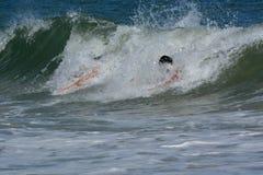 Bodysurfers, das eine Welle fängt Lizenzfreies Stockbild
