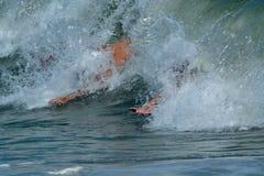 Bodysurfers, das eine Welle fängt Lizenzfreies Stockfoto