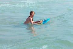 Bodysurfing - маленькая девочка занимаясь серфингом в Средиземном море, Испании Стоковые Фото