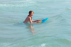 Bodysurfing - młoda dziewczyna surfing w morzu śródziemnomorskim, Hiszpania zdjęcia stock