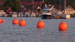 Boe arancio nel porto archivi video