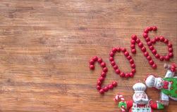 Boże Narodzenia stary drewniany tło, śmieszni szefowie kuchni Święty Mikołaj, bałwan i znak 2016 -, Zdjęcie Royalty Free