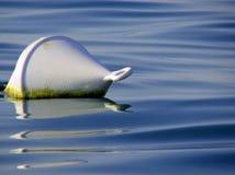 Boe para divulgar el mar contaminado en el medio del agua Fotografía de archivo libre de regalías