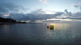 Boe rosse e gialle dal porto sulla linea costiera, lasso di tempo 4K stock footage