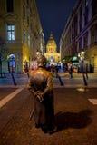 BOEDAPEST 05 DECEMBER: Een mening van St Stephan Basilica en Hongaarse Politieagent in voorgrond op 05 December, 2017 binnen Stock Foto's