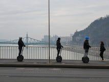 Boedapest, Elisabeth Bridge met Segways stock fotografie