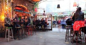 BOEDAPEST, HONGARIJE - april 2019: Binnenlandse mening van de beroemde Szimpla-bar van de Tuinru?ne met mensen die het nacht van  royalty-vrije stock foto