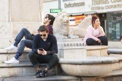 Boedapest, Hongarije - April 10, 2018: Jongeren die op de stadsstraat ontspannen stock fotografie