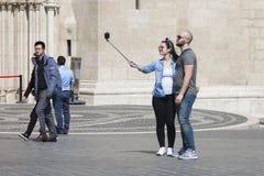 Boedapest, Hongarije - April 8, 2018: koppel het nemen selfie aan een telefoon en het maken van dwaze gezichten in de straat stock fotografie